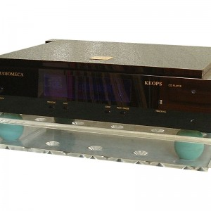 Regular Cloud 10 platform in clear finish, under an Audiomeca CD player