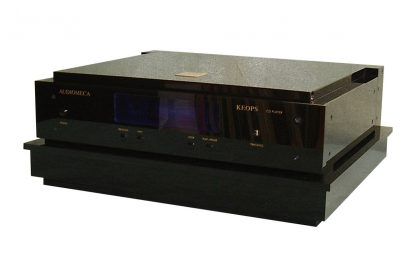 Regular Cloud 10 platform in black finish, under an Audiomeca CD player